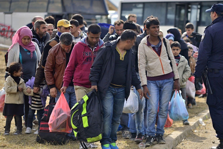 Bild zeigt: Flüchtlinge stehen dicht gedrängt mit Taschen in den Händen