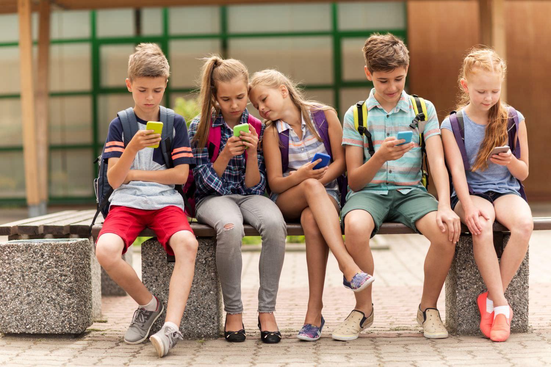 Bild zeigt: Eine Gruppe von Schülern mit ihren Smartphones