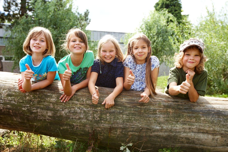 Bild zeigt: Fünf Kinder im Garten zeigen Daumen hoch