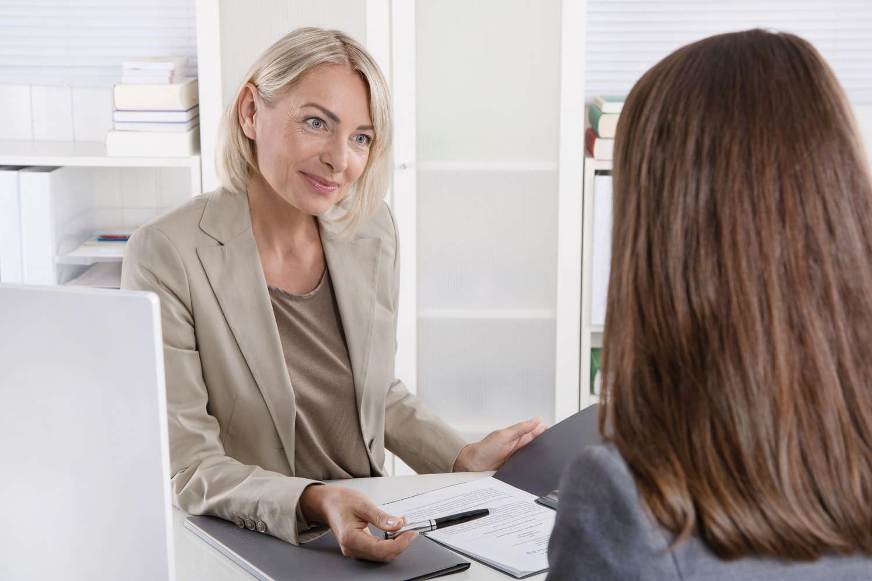 Bild zeigt: Zwei junge Frauen in einem Beratungsgespräch