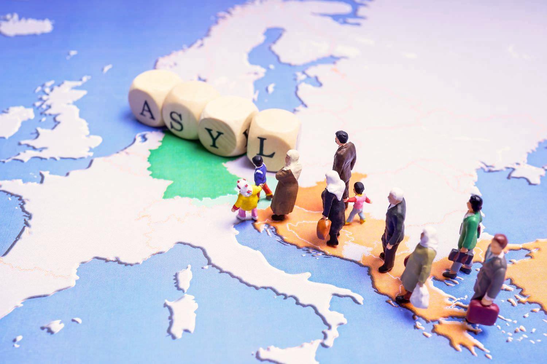 Bild zeigt: Flüchtlinge als Miniaturfiguren auf einer Landkarte auf dem Weg nach Europa