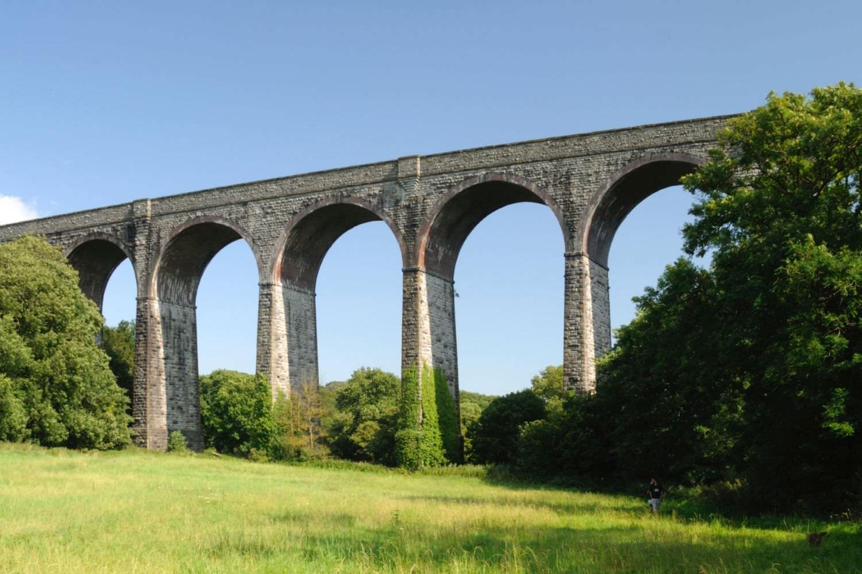 Bild zeigt: Landschaftsaufnahme einer historischen Bogenbrücke