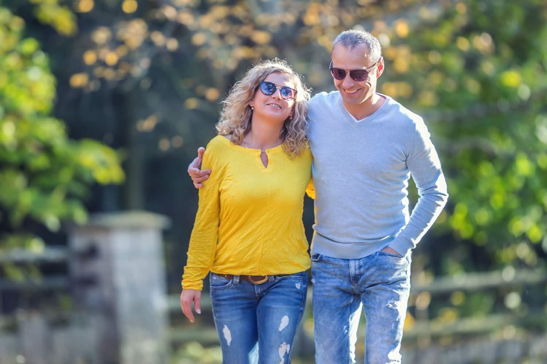 Bild zeigt: Ein Paar im mittleren Alter spaziert im Park