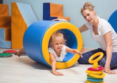 Bild zeigt: Kleines Mädchen bei einer schwierigen motorischen Übung