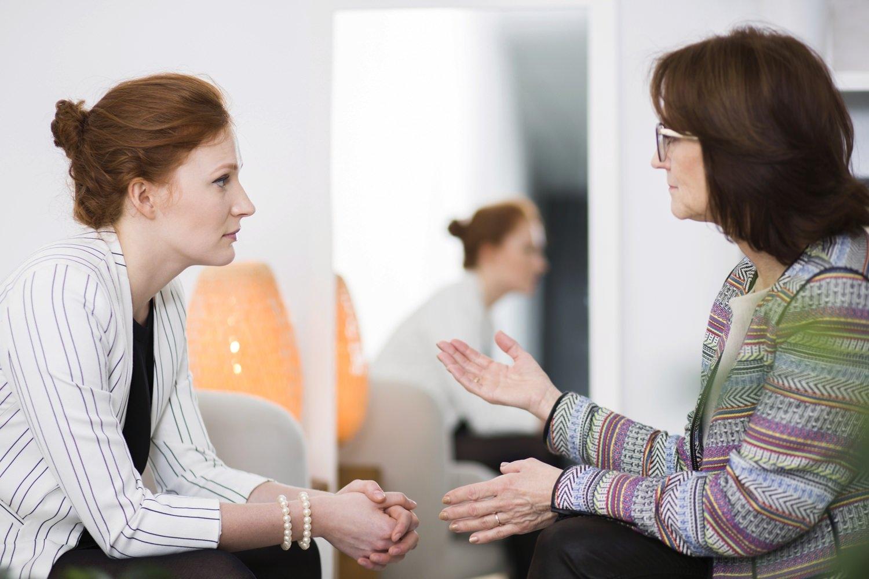 Bild zeigt: Ältere Frau im Beratungsgespräch mit einer jungen Klientin