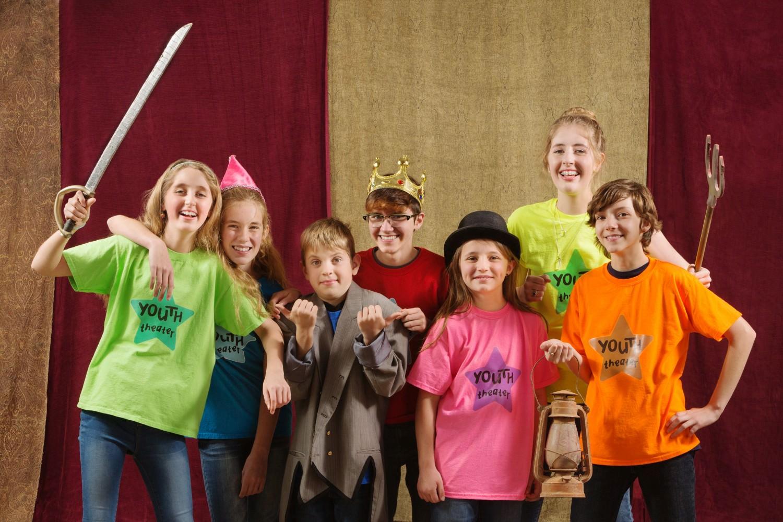 Bild zeigt: Verkleidete Kinder mit Theater Requisiten