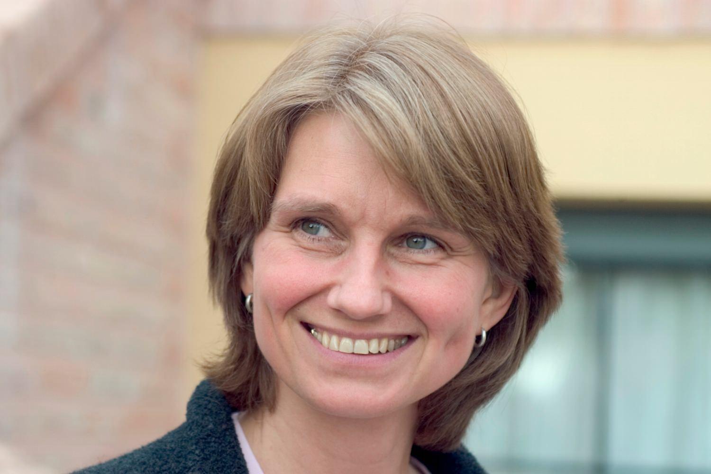 Bild zeigt: Lächelnde Frau mittleren Alters