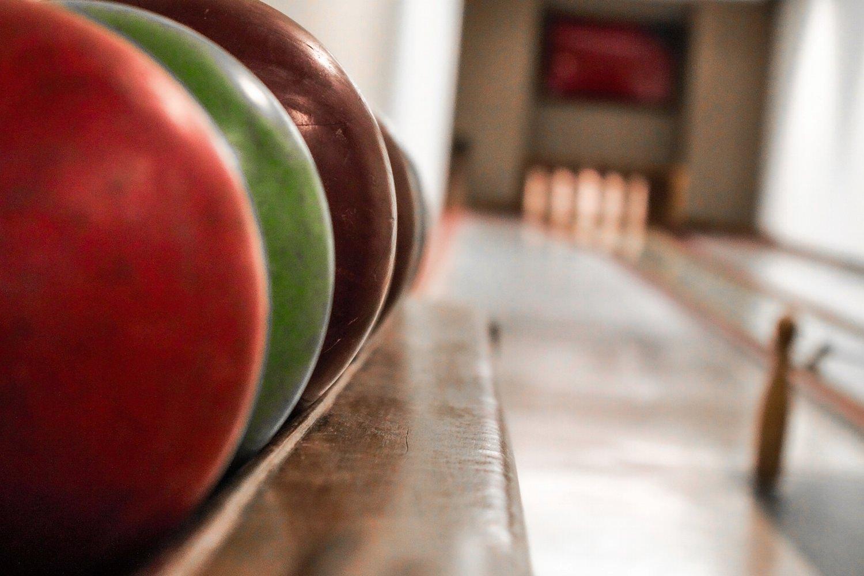 Bild zeigt: Nahaufnahme von vier Bowlingkugeln