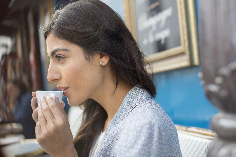 Bild zeigt: Junge Migrantin mit Teetasse am Mund