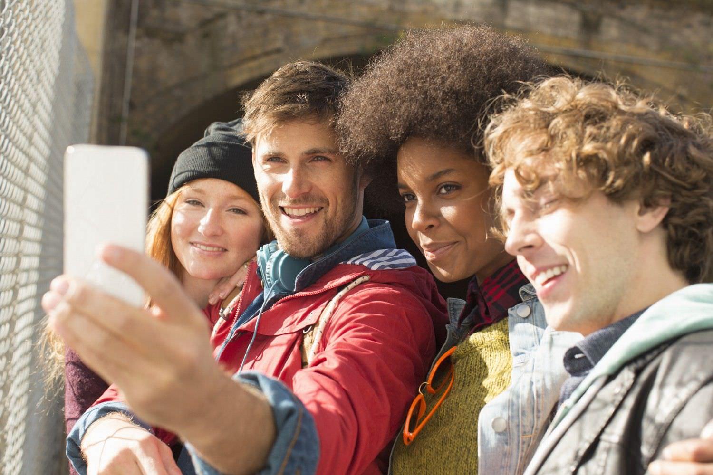 Bild zeigt: Gemischte Gruppe Jugendlicher macht ein Selfie