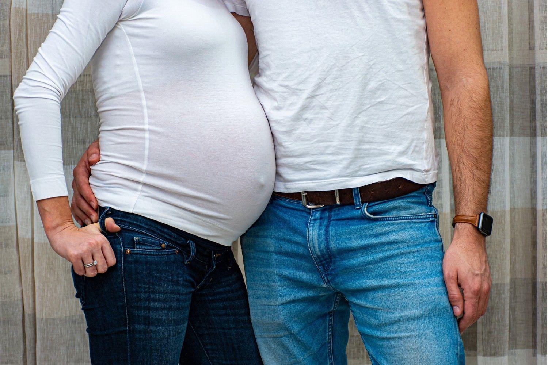 Bild zeigt: Schwangere lehnt sich an ihren Mann