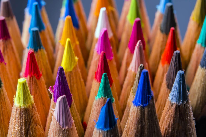 Bild zeigt: Großaufnahme von gespitzten Buntstiften als Symbol für kulturelle Vielfalt