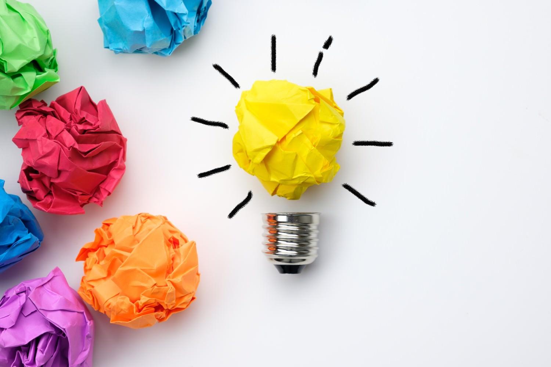 Bild zeigt: Verschiedene Papierkugeln und eine als Glühbirne stilisiert