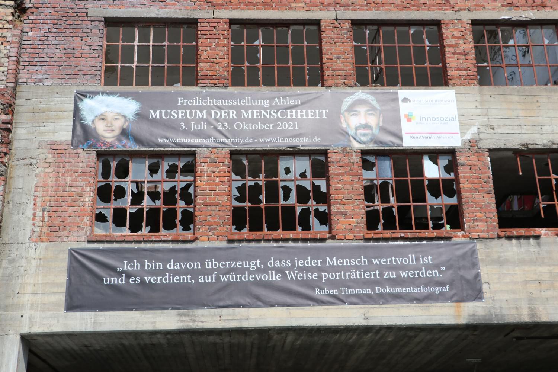 Bild zeigt: Ruine mit Bannern zur Ausstellung
