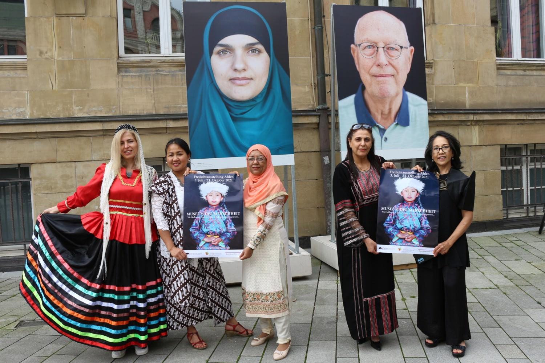 Bild zeigt: Frauen vom Internationalen Frauenfrühstück vor Portraits von Ruben Timman