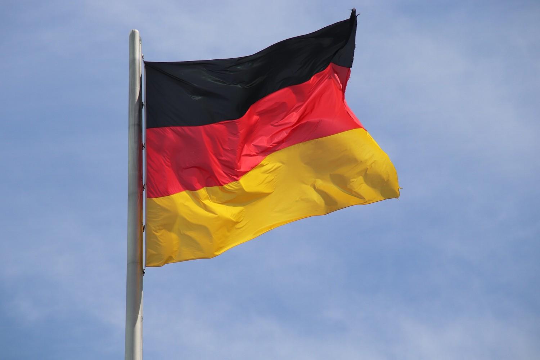 Bild zeigt: Deutschlandfahne im Wind