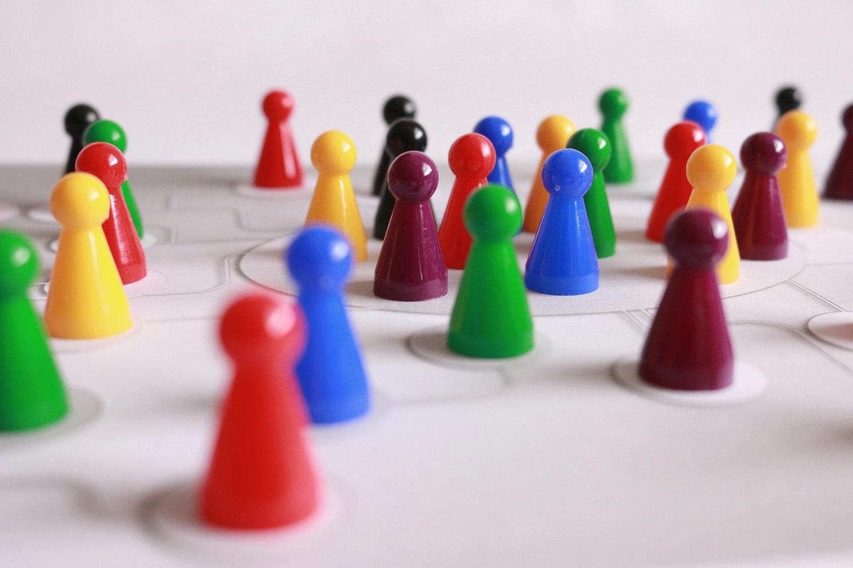 Bild zeigt: Großaufnahme einer Gruppe bunter Brettspiel-Püppchen