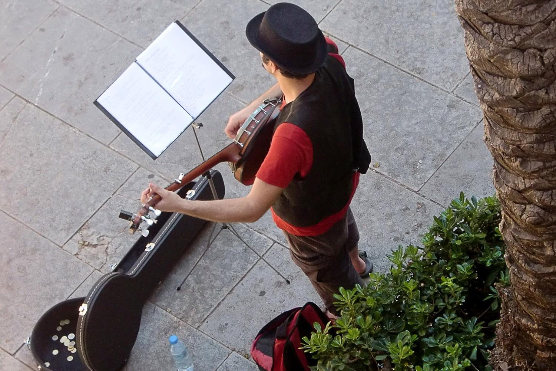 Bild zeigt: Straßenmusiker spielt Gitarre